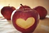 راس قلب مرسوم في تفاحة